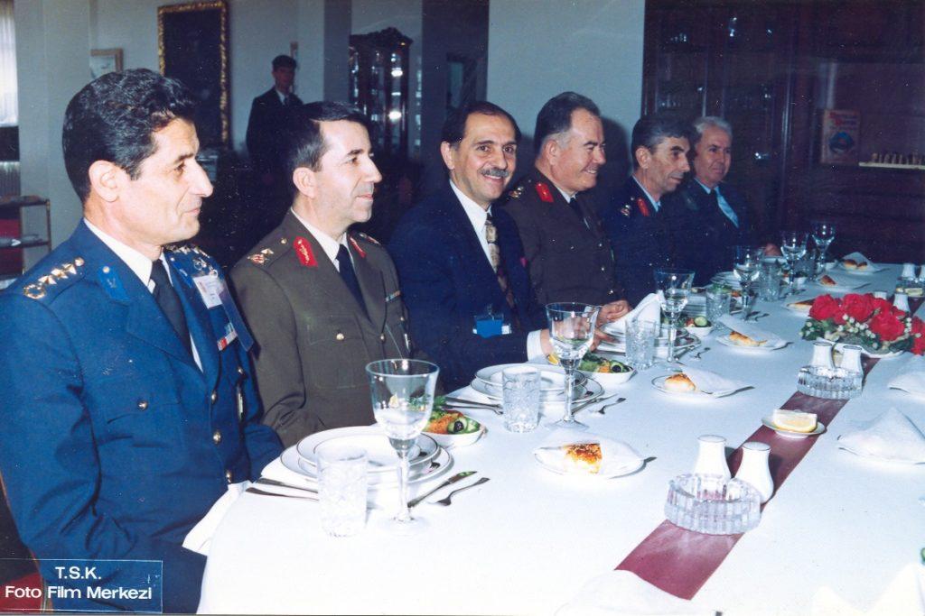 KKK Master Planı Projesi'nin başarıyla sonuçlanmasını kutlamak üzere Bilişim Ltd ve Aydın Köksal onuruna komutanlar yemek veriyor. - 1992 (Aydın Köksal hocanın web sitesinden alınmıştır.)