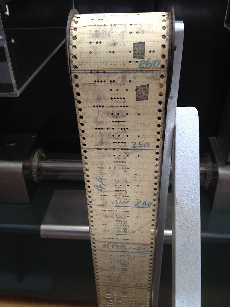 Harvard Mark I makinesinde çalıştırılan kodlar. Yamalara dikkat edin. - 1944 (https://commons.wikimedia.org/wiki/File:Harvard_Mark_I_program_tape.agr.jpg)