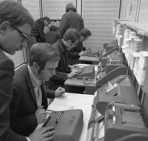 Almanya'da öğrenciler delikli kartları kullanarak programlama yapıyor (1970) (Bundesarchiv, B 145 Bild-F031434-0006 / Gathmann, Jens / CC-BY-SA 3.0)
