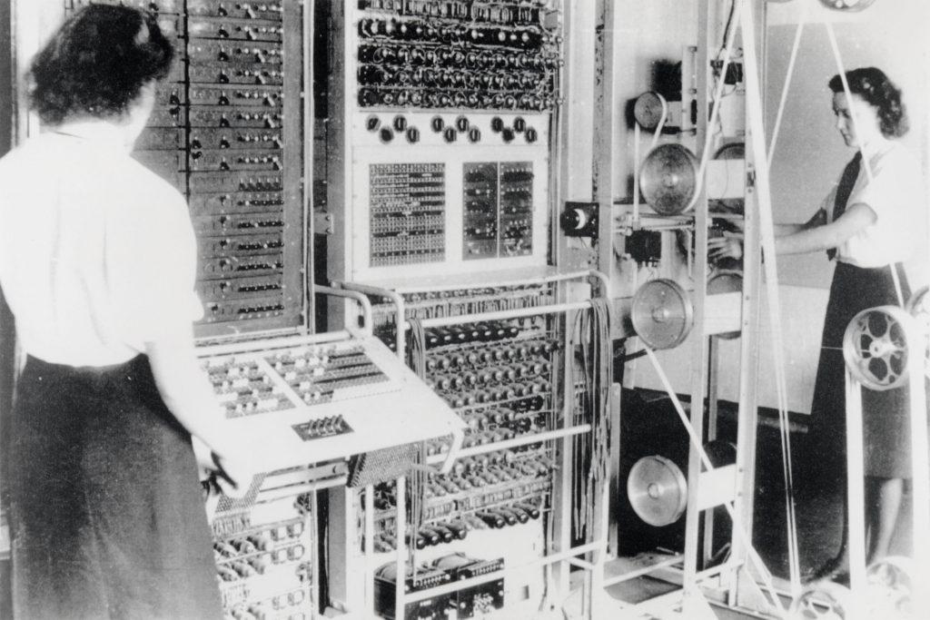 Kadınlar Kraliyet Donanması (Women's Royal Naval Service, Wren'ler) tarafından kullanılan Colossus Mark 2 bilgisayarı. Dorothy Du Boisson (solda) ve Elsie Booker (sağda), 1943.