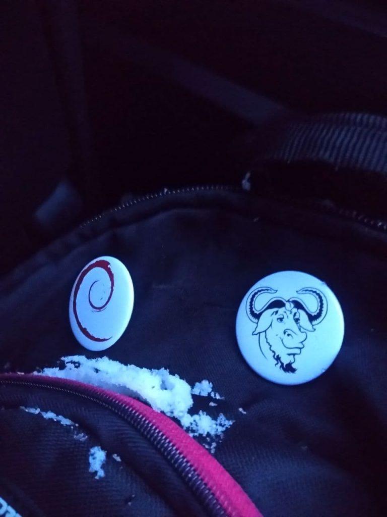 Debian logosu (solda) ve GNU logosu (sağda)